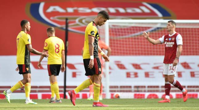 Adam Masina cabizbajo al finalizar el Arsenal 3-2 Watford que descendía a los 'Hornets'.