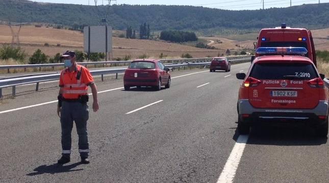 Agentes de Policía Foral, regulando el tráfico en la A-12 tras unos accidentes.