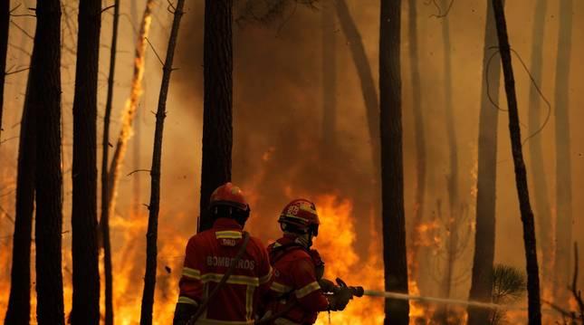 foto de Los bomberos de Portugal tratan de sofocar un incendio en Oleiros