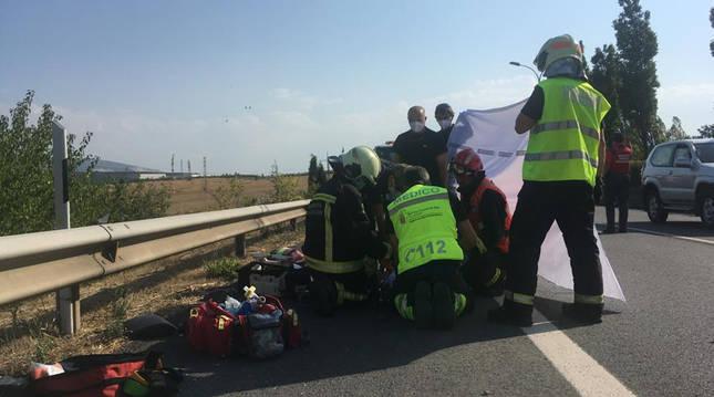 Los servicios de emergencias atienden al herido tras ser arrollado en la PA-30 a la altura de Mutilva.