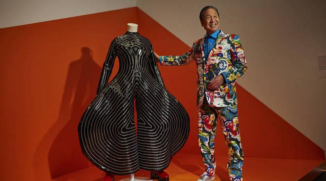 Foto del diseñador de moda japonés Kansai Yamamoto, junto a uno de sus diseños para David Bowie.