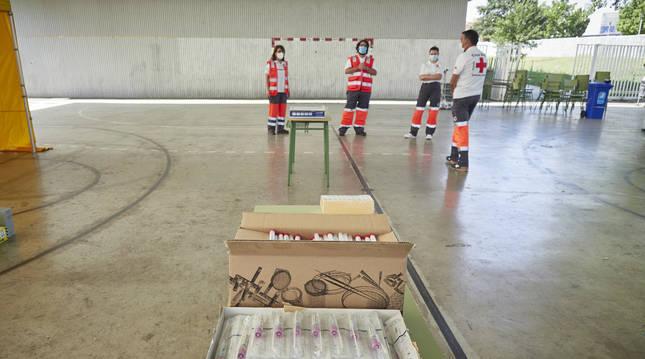 Efectivos de Cruz Roja, preparando material la pasada semana para las PCR en Mendillorri.