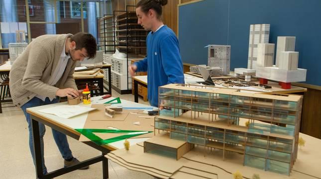 Dos alumnos trabajan en un taller de la Escuela de Arquitectura de la Universidad de Navarra.