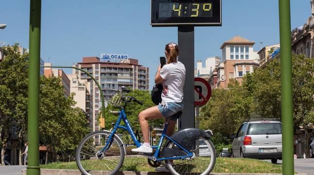 foto de Una mujer pasa ante un termómetro que marca 43 grados este martes en la Avenida Joan March de Palma de Mallorca