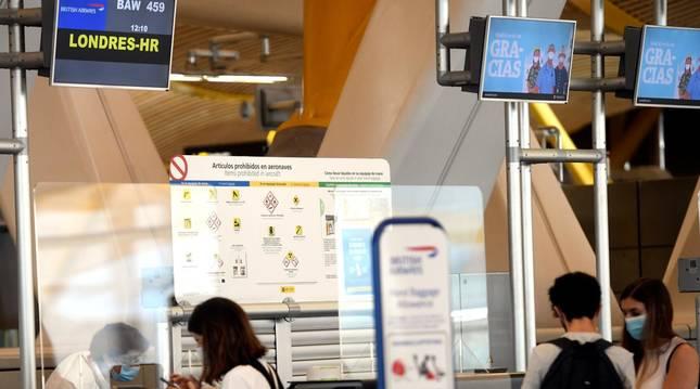 foto de Jóvenes en la ventanilla de facturación para un vuelo con destino Londres, en la terminal T4 del Aeropuerto de Madrid-Barajas
