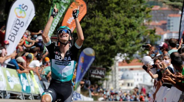 El austriaco Felix Grobschartner celebra la victoria tras pasar la línea de meta de la primera etapa de la Vuelta a Burgos 2020.