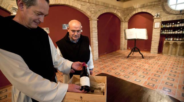 Isaac Totorika, en primer término, abad del monasterio de La Oliva, en una fotografía de 2018.
