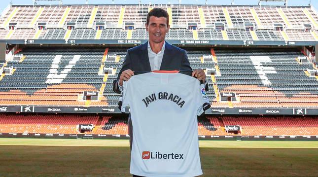 Javi Gracia posa con la camiseta del Valencia con su nombre en el césped de Mestalla.