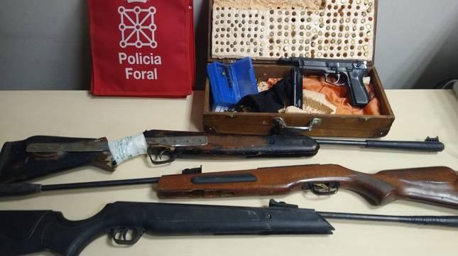 Imagen de las armas incautadas al detenido.