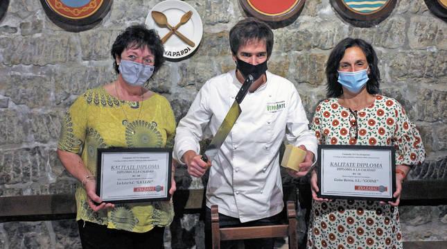 Las ganadoras del premio a la regularidad de la calidad del producto: Eli Gorrotxategui, en la categoría 'Pastor Elaborador',  junto al chef Nacho Gomara y Mª Jesús Hidalgo, galardonada en la categoría de Quesería.