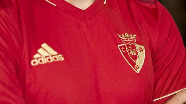 Puñal protagoniza las fotos de las nuevas camisetas del C.A. Osasuna