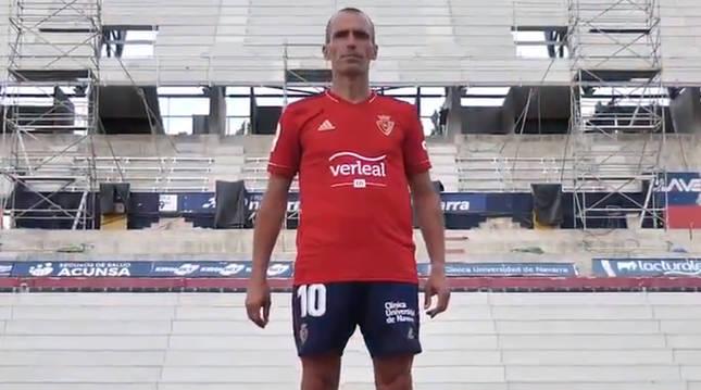 Patxi Puñal con la camiseta del Centenario sobre un estadio El Sadar en obras.