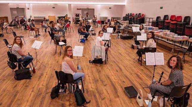 La banda, durante uno de los ensayos de julio en el salón de actos de Remontival al que se han trasladado por las distancias de seguridad.
