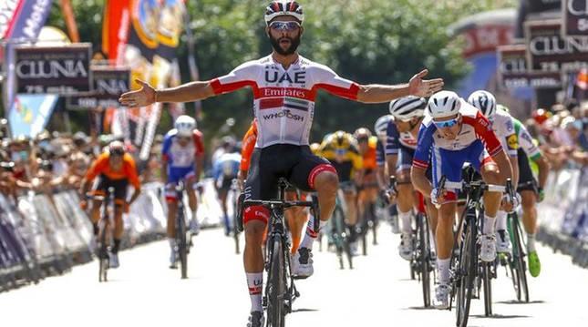 Fernando Gaviria celebra el triunfo en la meta de Villadiego