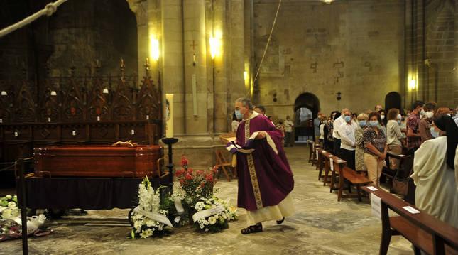 Foto del funeral por Isaac Totorica, abad del Monasterio de la Oliva (Navarra).