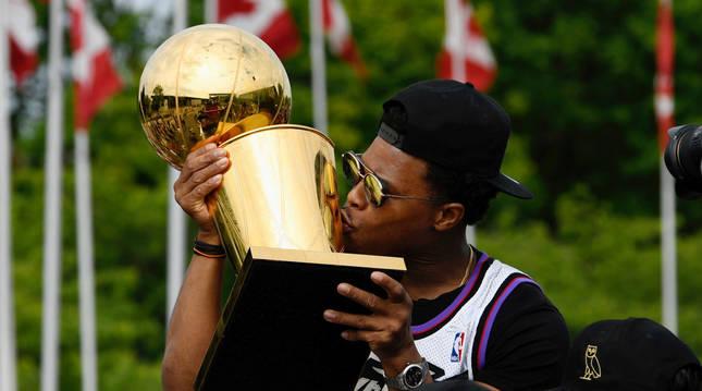 El jugador de los Raptors Kyle Lowry besa la copa Larry O'Brien como último campeón de la NBA.