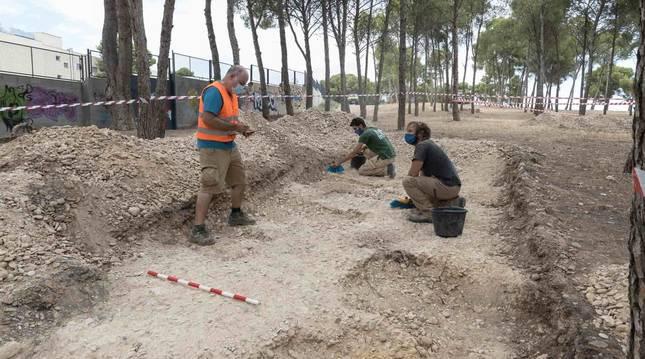 Óscar Sola Torres, a la izda., en uno de los sondeos que se están realizando para delimitar la extensión de la necrópolis musulmana de Tudela.