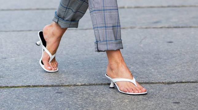 Un ejemplo de este tipo de sandalia de aspecto minimalista.