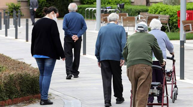 Un grupo de residentes de la Casa de Misericordia de Pamplona camina por la zona de la entrada.