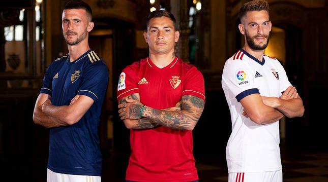 Oier Sanjurjo, con la equipación azul, Chimy Ávila con la roja y Roberto Torres, con la blanca, presentadas el miércoles.