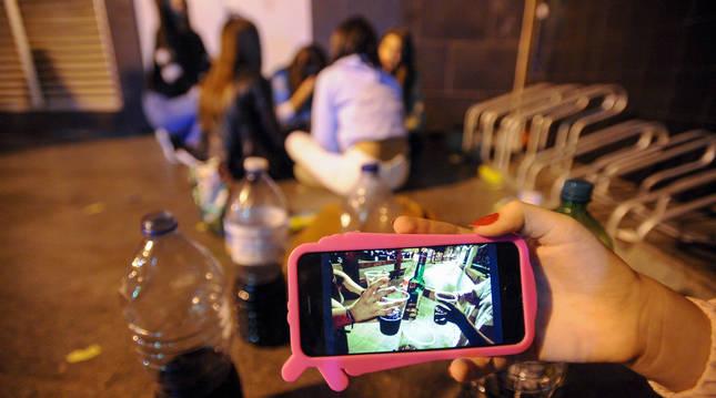 foto de Un grupo de adolescentes hace botellón en la calle.