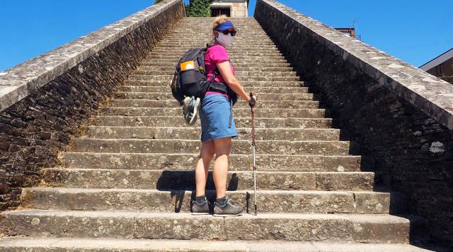 Una turista danesa en la localidad lucense de Puertomarín durante el Camino de Santiago.