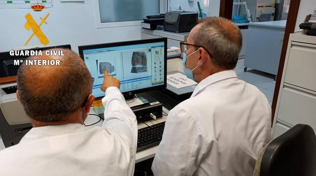 foto de Agentes de la Guardia Civil analizando huellas dactilares
