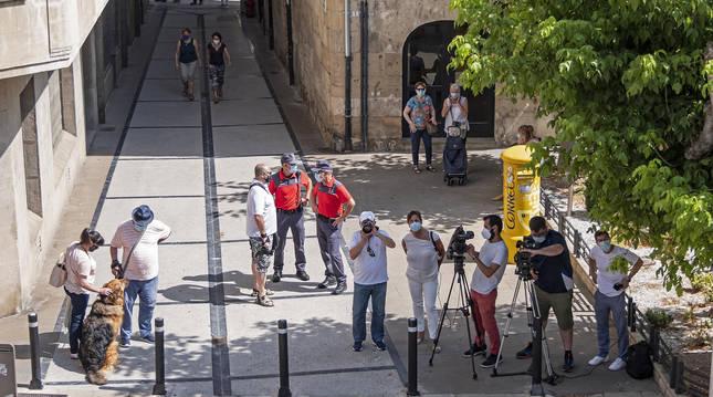La calleja de Los Gaiteros, vacía antes de las 12 salvo por la presencia de policías y periodistas.