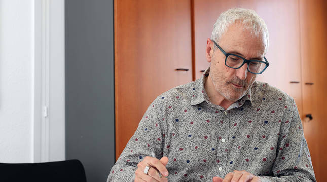 El director general de Salud, Carlos Artundo, toma unas notas en la mesa de su despacho del departamento de Salud.