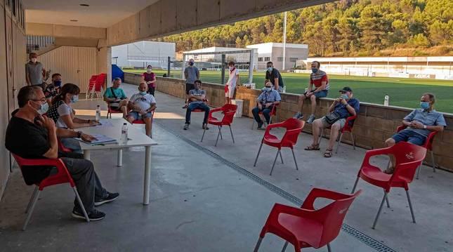 La asamblea general del Izarra se celebró ayer en el campo de fútbol de Merkatondoa.