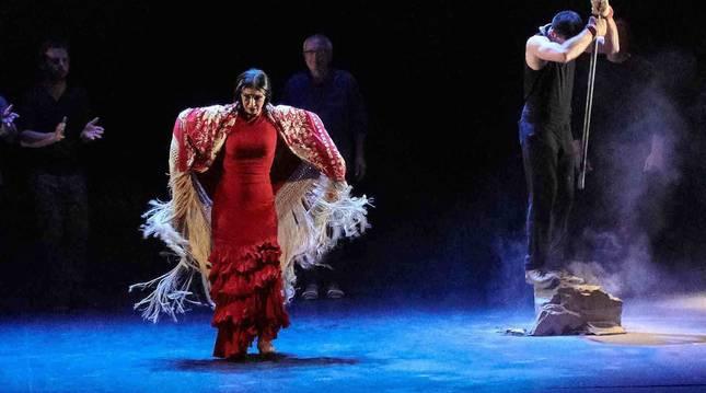 Adriana Bilbao, sobre el escenario con Burdina/Hierro. A su izquierda, un barrenador.