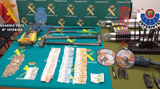 foto de Material para realizar los robos y dinero incautados en la operación conjunta