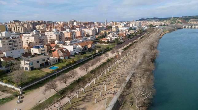 Imagen del paseo del Prado, con el río Ebro a la derecha.