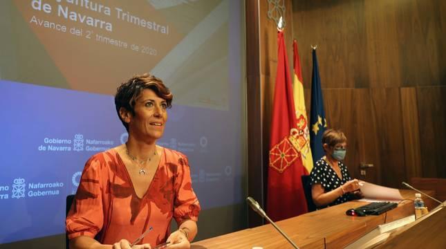 La consejera de Economía, Elma Saiz, a la izquierda, y Begorña Urrutia, directora general de Presupuestos, Patrimonio y Política Económica, en la conferencia de prensa de ayer.