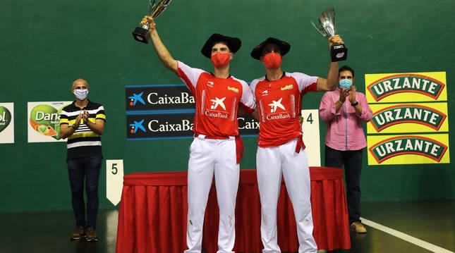 Eskiroz y Agirre, protegidos con mascarillas en el momento de recoger la txapela de campeones, con Rubén Beloki a la izquierda, uno de sus mentores.