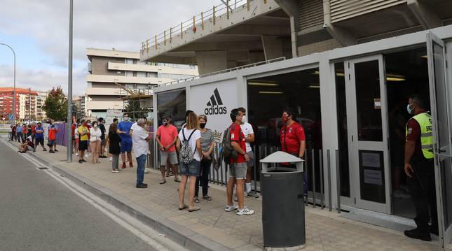Largas colas a primera hora de la mañana en la tienda de Osasuna, que recibió un goteo de personas durante toda la jornada.