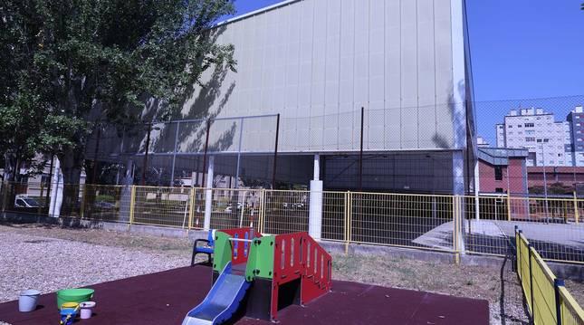 Vista de una de las cubiertas de los patios del colegio público Alaitz de Barañáin tomada desde la escuela infantil.