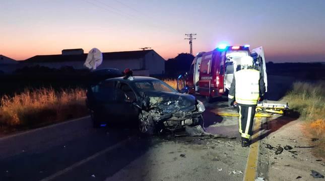 Imagen de varios efectivos de Bomberos y Policía Foral en el lugar del accidente.