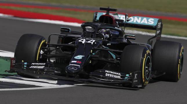 Foto del Mercedes de Lewis Hamilton en el circuito de Silverstone.