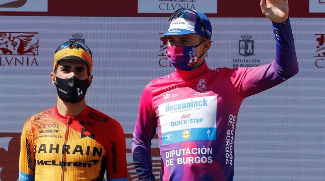 Foto de Remco Evenepoel (derecha) y Mikel Landa (izquierda), en el podio final de la Vuelta a Burgos 2020.