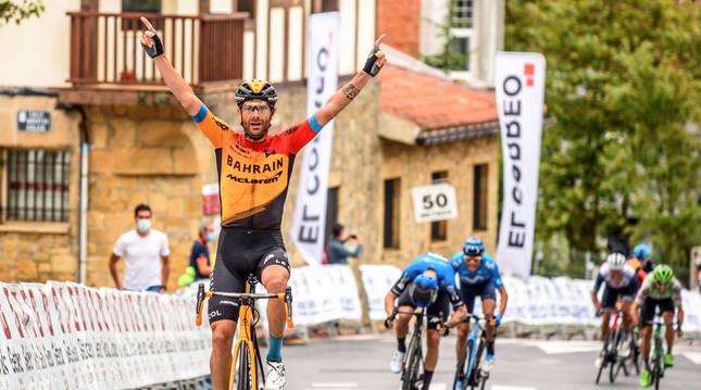 Damiano Caruso entra como vencedor en la meta del Circuito de Getxo 2020.