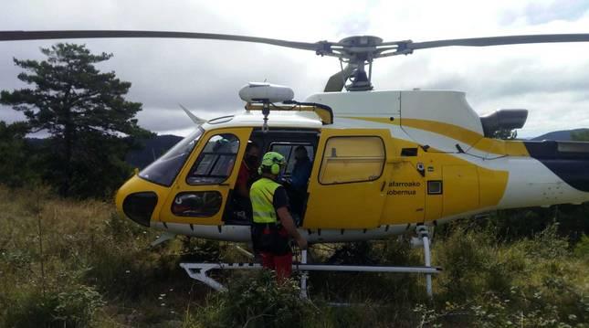 El helicóptero, en el rescate del ciclista en Elía.