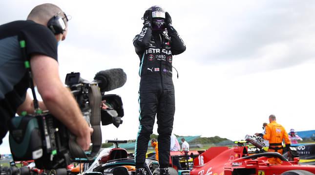 Hamilton celebra su triunfo en el Gran Premio de Gran Bretaña.