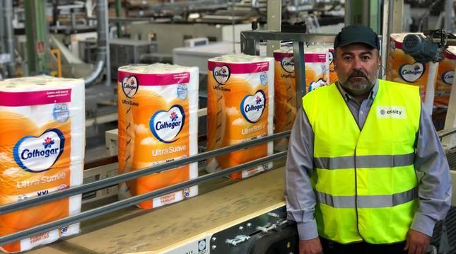 Marc Rodríguez, director de la papelera de Allo de Essity, en el interior de la planta.