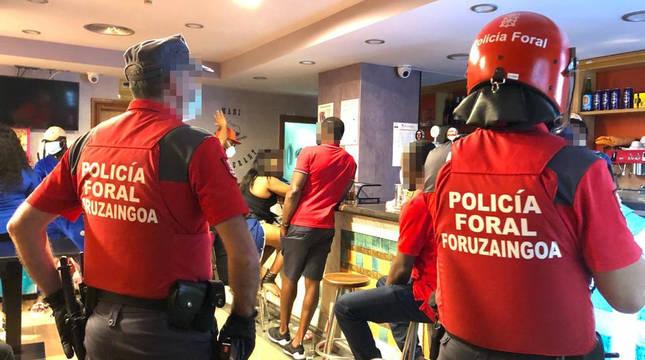 Imagen de unos agentes de Policía Foral en uno de los locales atendidos este fin de semana.