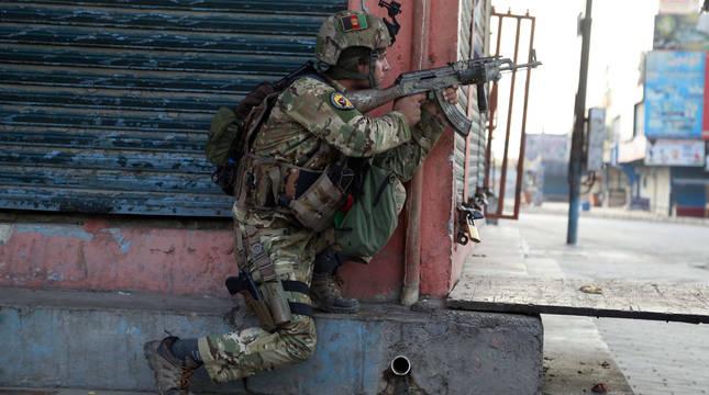 Un soldado toma posiciones cerca de la prisión atacada de Jalalabad.