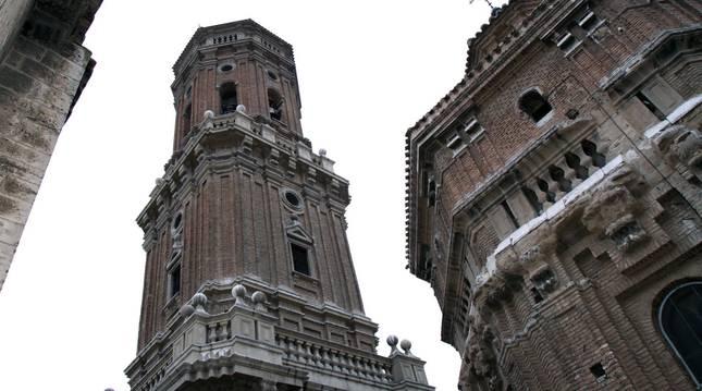 La torre de la catedral de Tudela y, a su dcha., la cúpula de la capilla de Santa Ana.
