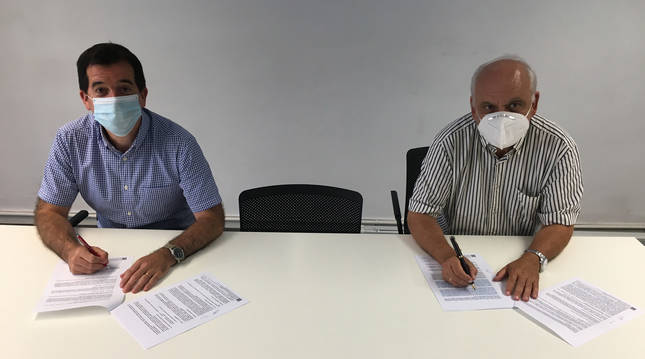 El director general de Acción Exterior, Mikel Irujo, y el director general de la Fundación ADItech, Juan Ramón de la Torre, durante la firma del convenio entre el Gobierno de Navarra y la Fundación ADItech.