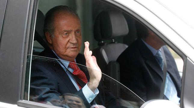 foto de Imagen de archivo del rey Juan Carlos diciendo adiós desde el interior de un coche