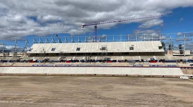 Los anclajes para los asientos en la nueva grada que se ha levantado en Lateral se colocaron ayer.